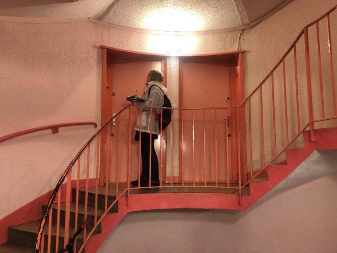 Evelyne Yonnet en porte-à-porte. © LO