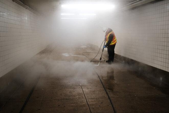 Nettoyage du métro à New York, 11 mars 2020. © AFP