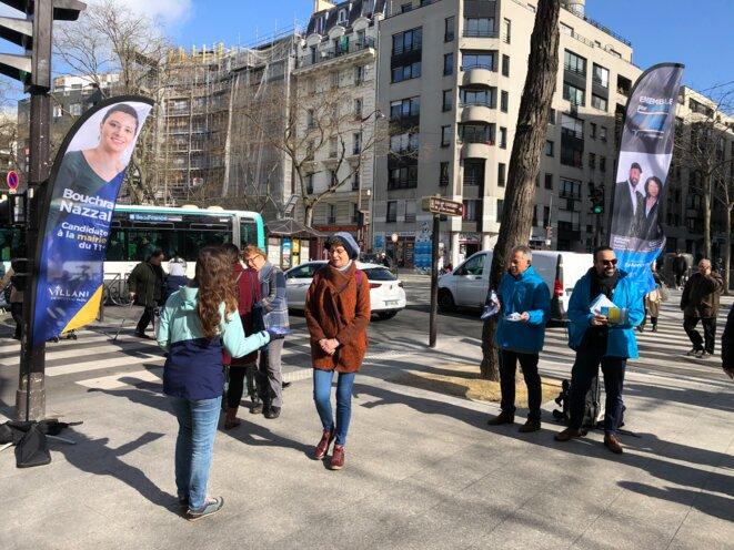 Des militants soutenant les candidats LREM et villanistes à Paris le 13 mars. © MJ