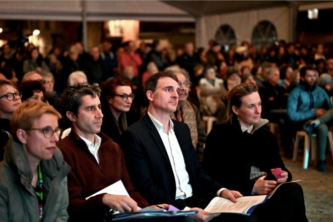 Le maire sortant EELV Éric Piolle, entouré des députés insoumis Clémentine Autain et François Ruffin, le 11 mars, à Grenoble. © AFP