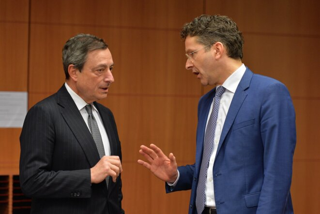 Mario Draghi président de la BCE  et Jeroen Dijssebloem, présdient de l'Eurogroupe le 20 février 2015. © Dursun Aydemir/ AFP