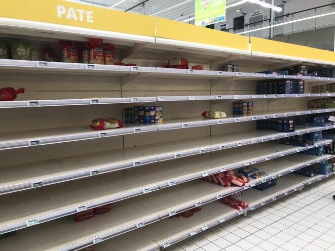 Les rayons de plusieurs supermarchés se vident, pas à cause d'une pénurie mais de la ruée des clients qui font des stocks. © DR