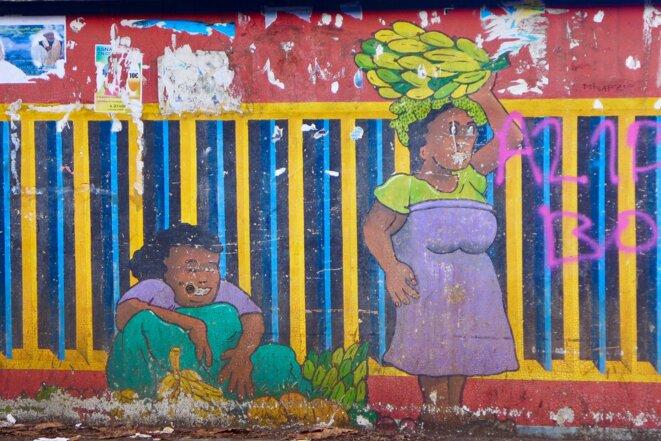 Vente traditionnelle sur le trottoir. Peinture murale anonyme - route nationale - M'Tsapere © daniel gros