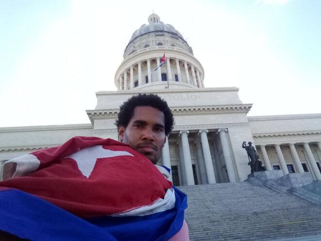 Luis Manuel Otero Alcántara lors d'une performance devant le Capitole cubain, à La Havane, en 2019.
