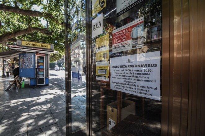 13 mars 2020. À Palerme (Italie), à la vitrine d'un magasin, une affiche explique les mesures prises pour éviter la propagation du Covid-19. © Francesco Militello Mirto / NurPhoto / AFP