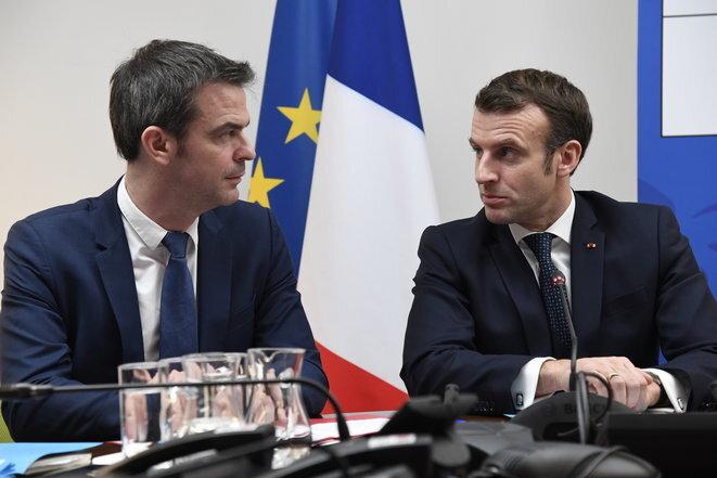 Ministro de Solidaridad y Salud Olivier Véran y Emmanuel Macron, el 3 de marzo de 2020. © AFP