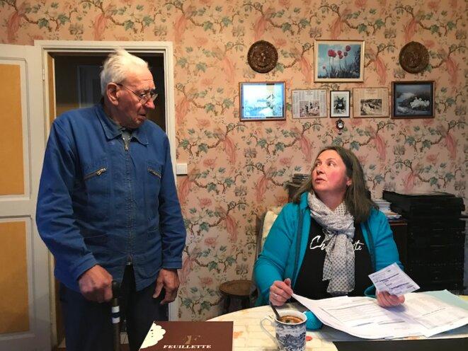 Claire Marcins, au domicile d'une personne âgée, au début de l'hiver 2020. © Jordan Pouille / MP