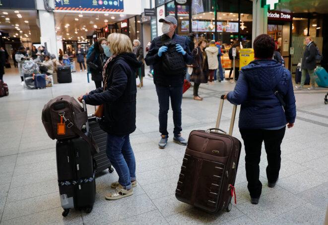 En attente du départ, mardi 17 mars à Paris, gare Montparnasse. © AFP