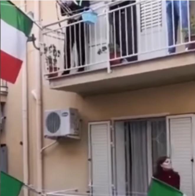 Hymne national et drapeau national : Merci qui ? © L'Italie confinée chante