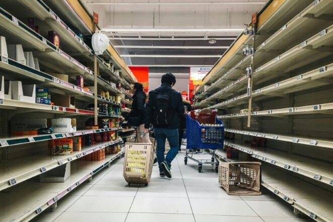 des-rayons-pates-riz-et-conserves-vides-dans-un-supermarche-de-villeneuve-l
