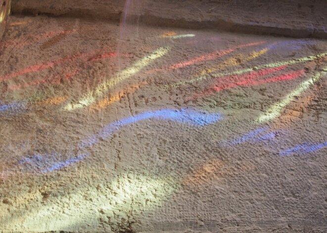 éclabousser le sol à mes pieds d'une brassée de papillons multicolores.
