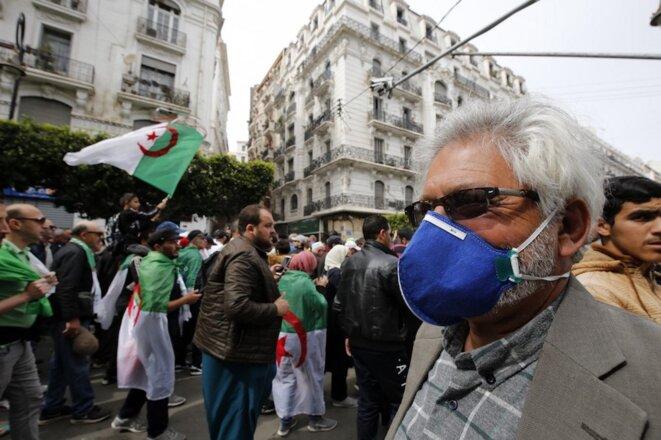 Alger, 13 mars 2020. Alors que le gouvernement a annoncé les premières mesures de confinement, certains veulent poursuivre le Hirak et les marches hebdomadaires du mardi et du vendredi. © Billal Bensalem / NurPhoto