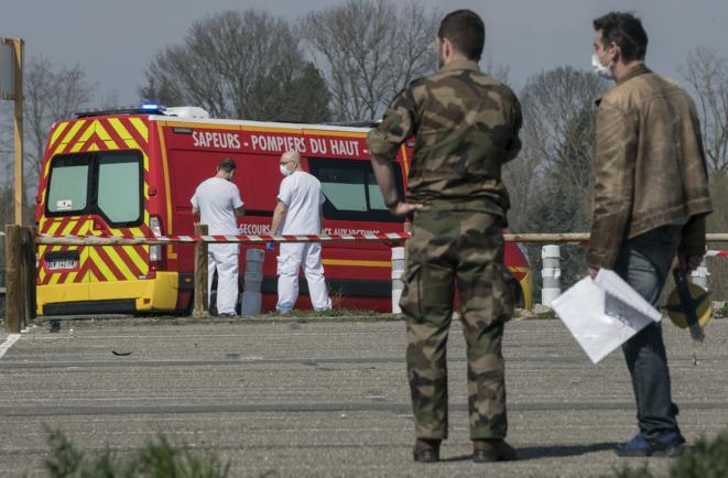 Des soldats français installent un hôpital de campagne devant l'établissement Emile à Mulhouse, le vendredi 20 mars. © SEBASTIEN BOZON / AFP