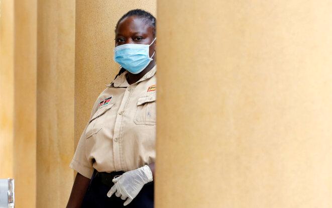 Une garde de sécurité à un tribunal de Nairobi, le 20 mars 2020. © REUTERS/Thomas Mukoya