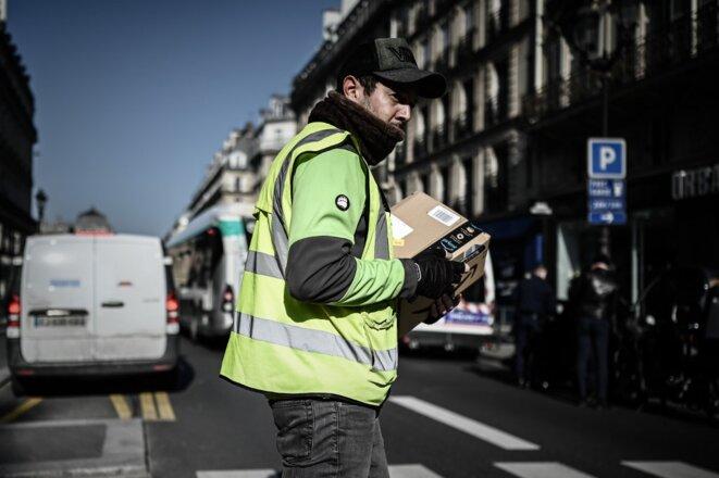 Un livreur Amazon à Paris, le 19 mars. © Philippe Lopez / AFP