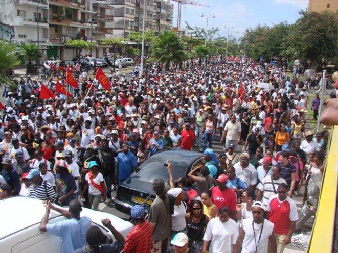 Manifestation du LKP pendant la grève générale en Guadeloupe en 2009. Le LKP (Liyannaj Kont Pwofitasyon1, « Collectif contre l'exploitation outrancière » en français) regroupe une cinquantaine d'organisations syndicales, associatives, politiques et culturelles de la Guadeloupe. Ce collectif est à l'origine de la grève générale de l'île entre le 20 janvier et le 4 mars 2009. © UGTG