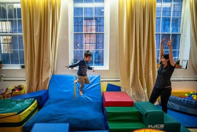 Michael Volchok a acheté tout l'équipement, y compris un mur d'escalade, dans un espace de jeu pour enfants situé à proximité, lorsque celui-ci a fermé ses portes, afin que son fils Max, 6 ans, puisse utiliser l'équipement à la maison, dans leur loft SoHo. © Credit...Brittainy Newman/The New York Times
