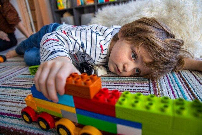Parce que son fils de 3 ans, Julian, est autiste et sensible à la lumière, Vanessa Flyer a installé des stores automatiques dans sa chambre pour qu'il puisse régler la lumière du soleil par lui-même. © Credit...Brittainy Newman/The New York Times