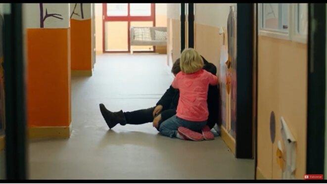 Benni consolant l'assistante sociale désespérée