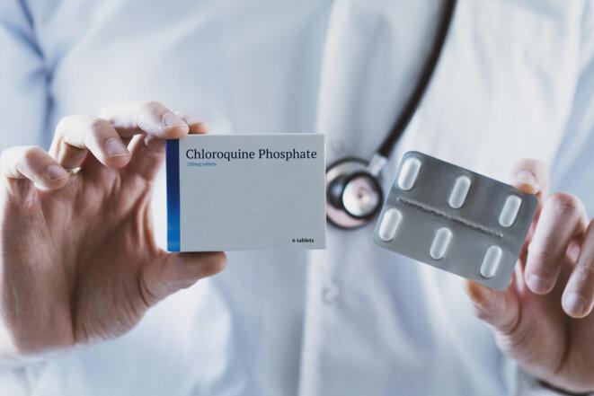 Docteur tenant un médicament à phosphate de chloroquine © baranq