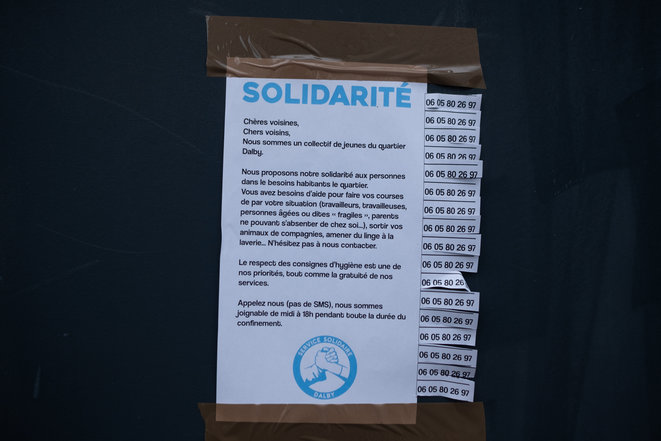 Une affichette dans la ville de Nantes, proposant de l'aide aux habitants du quartier pour les courses, la lessive, etc. © Jérémie Lusseau / Hans Lucas