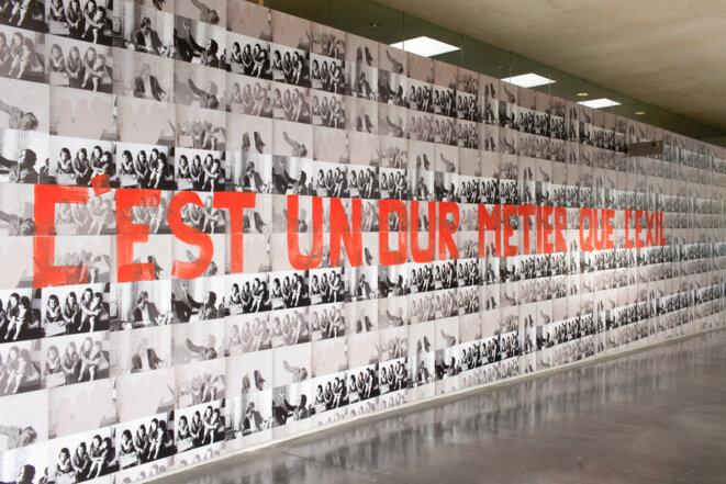 Nil Yalter, C'est un dur métier que l'exil, 1976/2012-2019.  Affiches dos-bleu réalisées à partir de photographies numériques, dimensions variables. Vue de l'exposition « TRANS/HUMANCE », MAC VAL 2019. © Margot Montigny