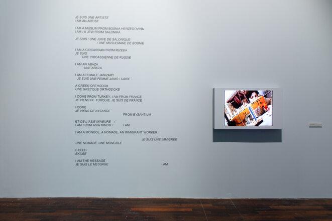 Nil Yalter, Les Rites circulaires, 1992. Installation, lettrage adhésif mural et vidéo numérique, couleur, son, durée 1'10''. Vue de l'exposition « TRANS/HUMANCE », MAC VAL 2019. © Margot Montigny