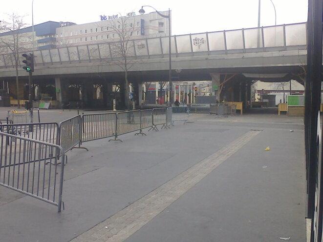 Porte Montmartre, vendredi 20/03, il ne restait plus que les barrières destinées à empêcher les biffin.e.s de s'installer sans autorisation. © Jeanne Guien