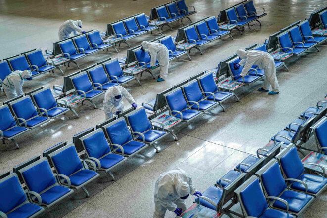 Opération désinfection à la gare de Wuhan le 24 mars 2020. © REUTERS