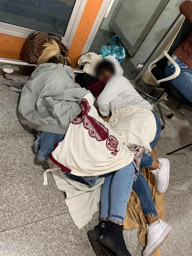 Même constat à l'aéroport de Marrakech. Des français dorment sur place pour tenter d'avoir un billet de retour. © Sonia Belaidiiz