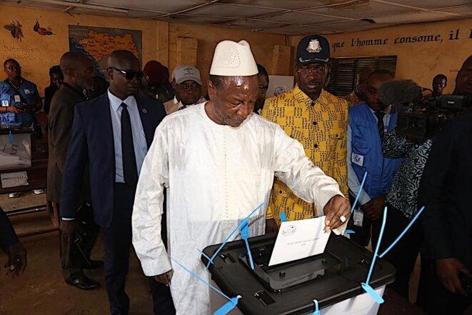 Alpha Condé dans son bureau de vote le dimanche 22 mars 2020