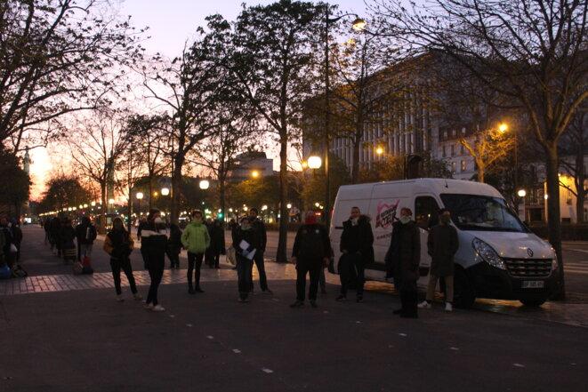Distribution de repas par les Restos du coeur à Paris le 25 mars. © JPG