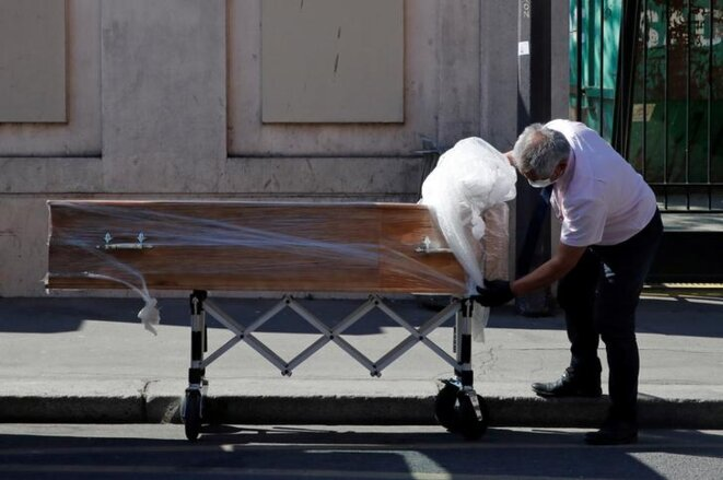 Un cercueil devant l'Ehpad Rotschild à Paris, le 25 mars. © Reuters