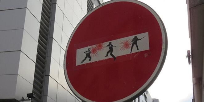En temps de crise, les sens interdits moraux sont allègrement vandalisés par des imbéciles immoraux. © Sebleouf / Wikimedia Commons / CC-BY-SA 4.0int