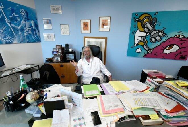 Le professeur Didier Raoult à son bureau à Marseille, le 26 février 2020. © AFP