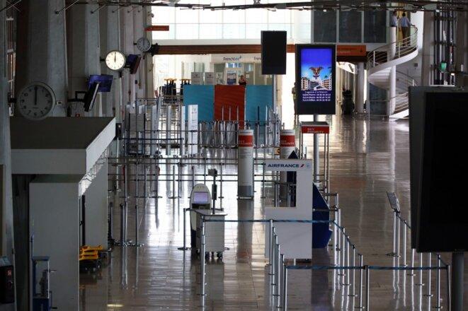 L'activité de l'aéroport de Sainte-Marie, principale porte d'entrée du virus à La Réunion, a été réduite le 20 mars. © Richard BOUHET / AFP