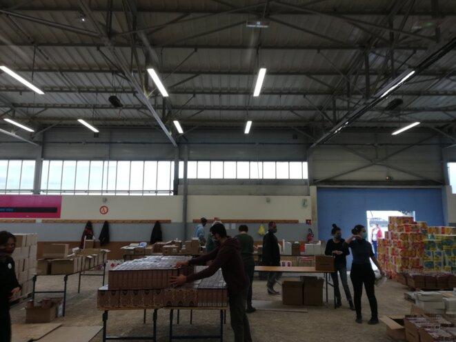 L'équipe de bénévoles en plein travail et livraison de produits d'hygiène.