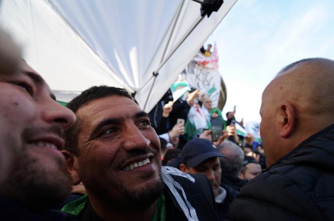 Karim Tabbou, ovationné ici à Paris place de la République, lors de la première manifestation de la diaspora algérienne en soutien au Hirak, le 24 février 2019. © Rachida El Azzouzi