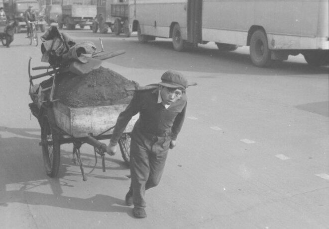 Cart puller, Changsha, China, 1980 © Gregory Lee