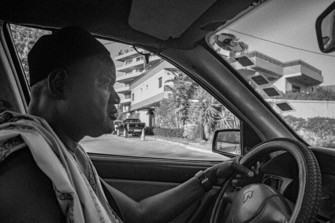 Le taxi brousse de Baba. Le marabout de Kaolack, sa ville de naissance, collé au pare brise. 20 ans qu'il roule à Dakar, et dans tout le Senegal. Il peut même vous ramener à la frontière guinéenne. Sur la route nous avons croisé El Hadji Diouf, ancienne star de l'équipe nationale de football. L'ancien footballeur nous a salué en ouvrant la vitre de son 4X4 « nanga def? » (« Ca va? ») © Justin Carrette