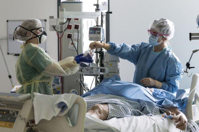 Un patient Covid-19 en service de réanimation, à l'hôpital Louis-Pasteur de Colmar. © Sébastien BOZON / AFP