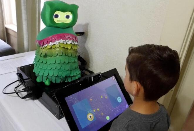 Essaie, robot : avec l'apprentissage machine, un robot peut améliorer l'attention que porte un enfant autiste à un jeu. © National Science Foundation