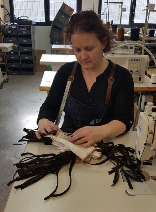 Au sein de l'Atelier Tuffery, à Florac, les couturières travaillent sur d'anciennes machines et assemblent chaque pièce à la main. © Photo : TUFFERY