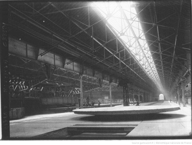 Usine de fabrication de verre. Photographie de presse de l'Agence Meurisse, Paris, 1929. Source: www.gallica.bnf.fr