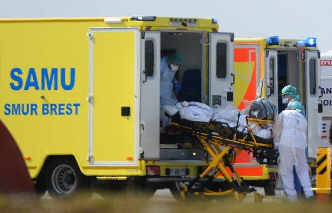 Arrivée d'un patient atteint du Covid-19 à Brest, le 24 mars, en provenance de Mulhouse. © Jean-François MONIER / AFP