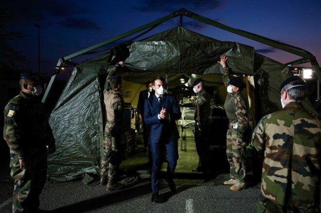 Emmanuel Macron en visite à l'hôpital militaire de campagne de Mulhouse. © Crédit : Mathieu CUGNOT / POOL / AFP