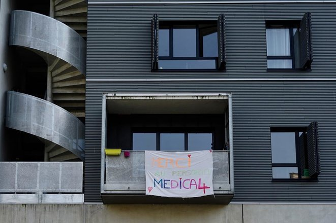 Un balcon en soutien au personnel soignant, à Paris. © Rachida el Azzouzi