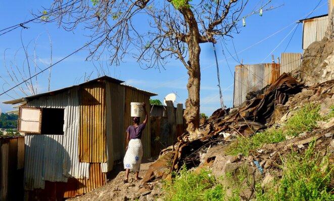 Corvée d'eau. Magatele. Kaweni. 2014 © daniel gros
