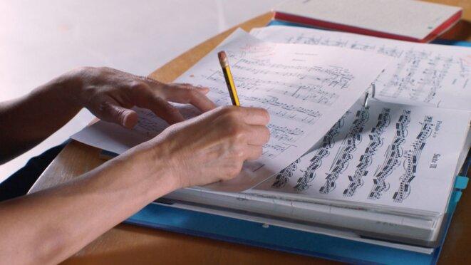 Le film «Mitten» suit les dernières répétitions de «Mitten wir im Leben sind», de Anne Teresa De Keersmaeker et sa compagnie Rosas, avec le violoncelliste Jean-Guihen Queyras sur les «Six suites pour violoncelle» de Johann Sebastian Bach © Olivia Rochette et Gerard-Jan Claes