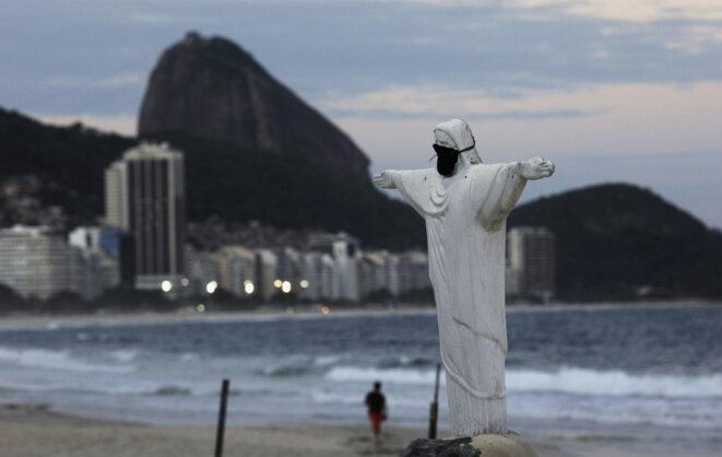 Sur la plage de Copacabana à Rio de Janeiro le 28 mars 2020. © REUTERS/Ricardo Moraes